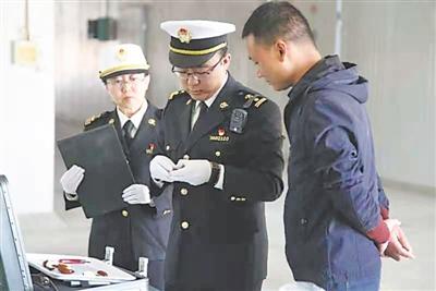 <p>  银川海关关员对出口的灵武长枣进行剖果检查。</p><p>  (图片由银川海关提供)  </p>
