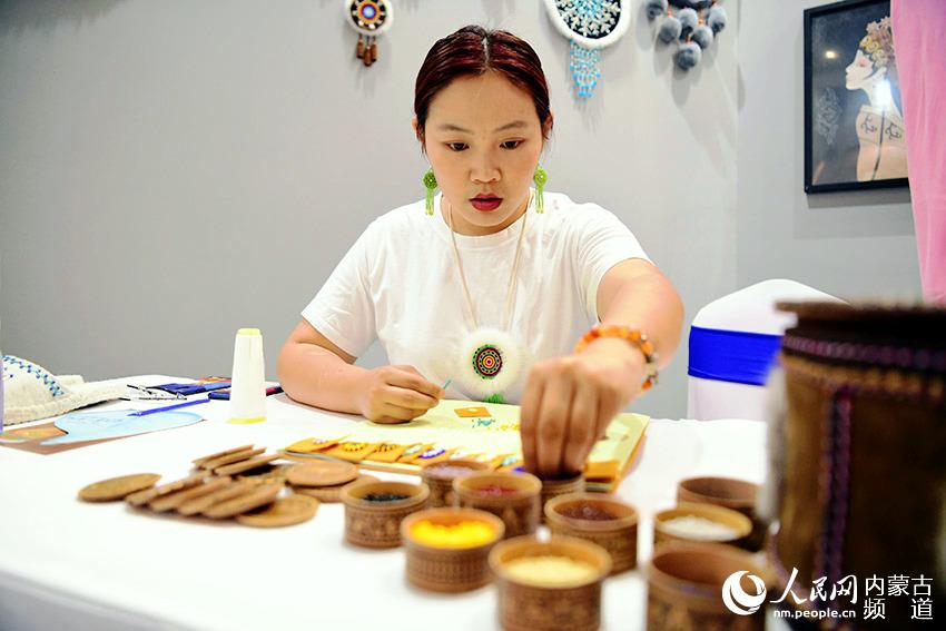 内蒙古自治区民族手工艺和文创旅游精品展示现场。陈立庚 摄