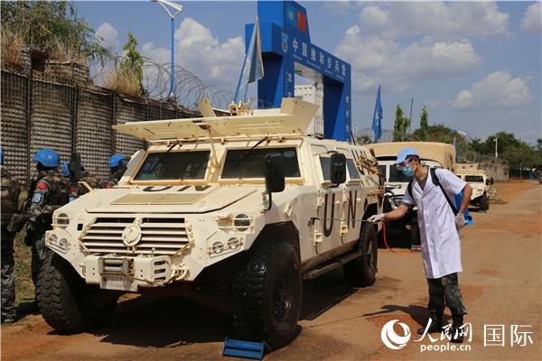 中国第六批赴南苏丹(朱巴)维和步兵营执行联合国武装护卫任务。图为疫情期间对护卫车辆装备进行洗消作业(李欣摄)