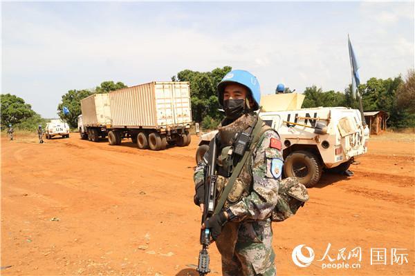 中国第六批赴南苏丹(朱巴)维和步兵营执行朱巴至甘吉260公里武装护卫任务。图为维和官兵进行观察警戒(李欣摄)