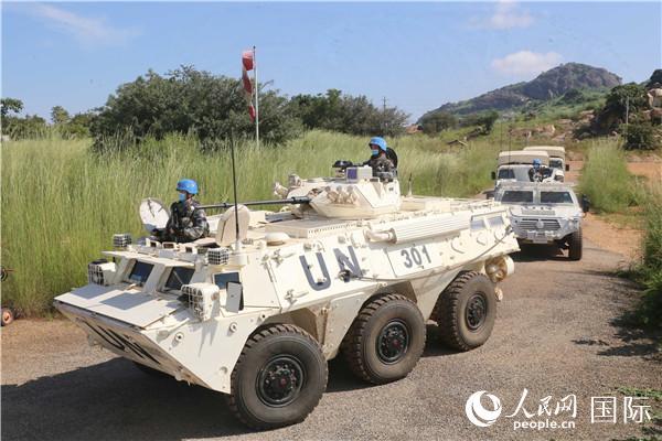 联南苏团部队司令带队的战备综合检查组来到中国营,对中国第6批赴南苏丹(朱巴)维和步兵营官兵进行应急拉动,检验我维和官兵的应急处突能力。图为应急拉动现场。(李欣 摄)