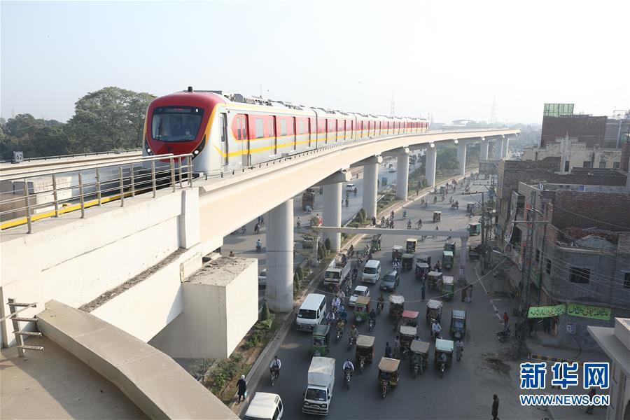 (国际)(2)巴基斯坦首条地铁商运后迎来首批乘客