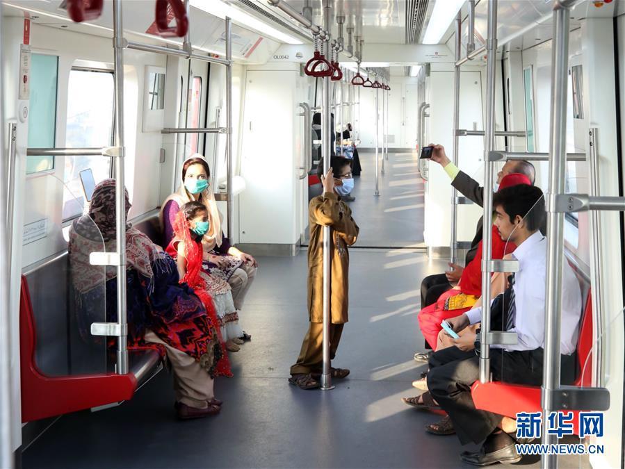 (国际)(6)巴基斯坦首条地铁商运后迎来首批乘客