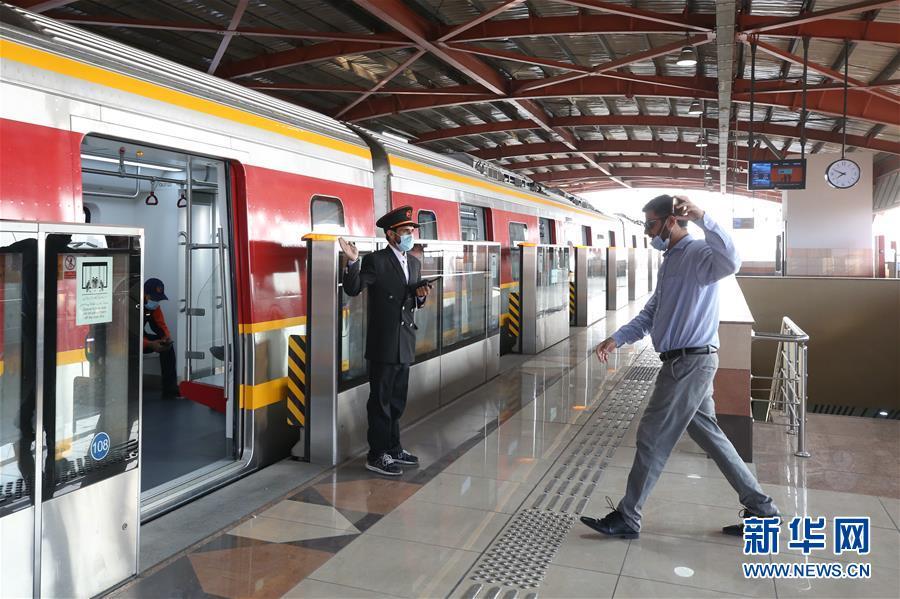 (国际)(1)巴基斯坦首条地铁商运后迎来首批乘客