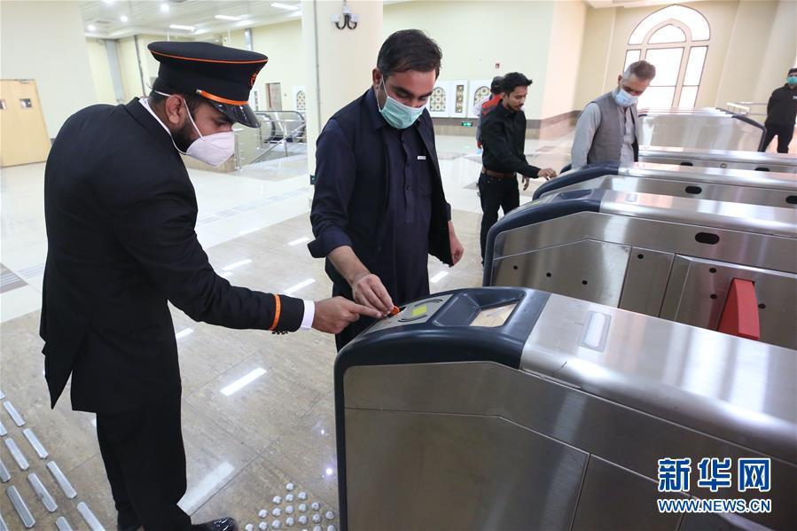 (国际)(5)巴基斯坦首条地铁商运后迎来首批乘客