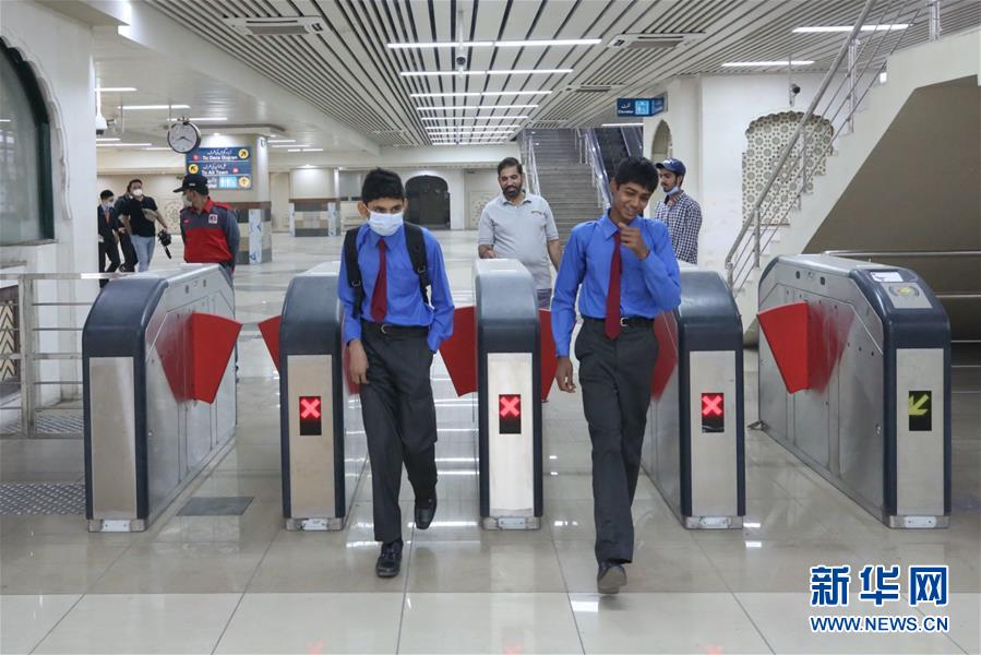 (国际)(3)巴基斯坦首条地铁商运后迎来首批乘客
