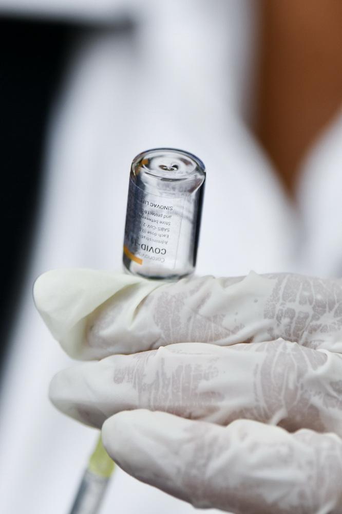 2月22日,在墨西哥埃卡特佩克,医务人员进行新冠疫苗接种的准备工作。新华社记者 辛悦卫 摄