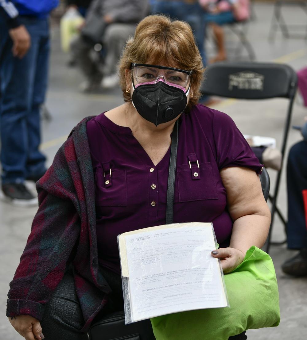 2月22日,在墨西哥埃卡特佩克,一名老年人展示已接种中国科兴新冠疫苗的证明。新华社记者 辛悦卫 摄